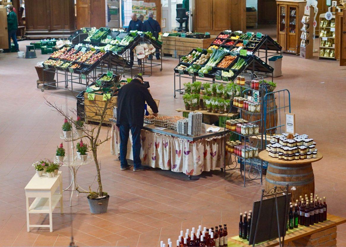 The farm shop with fresh produce at Domäne Mechtildshausen