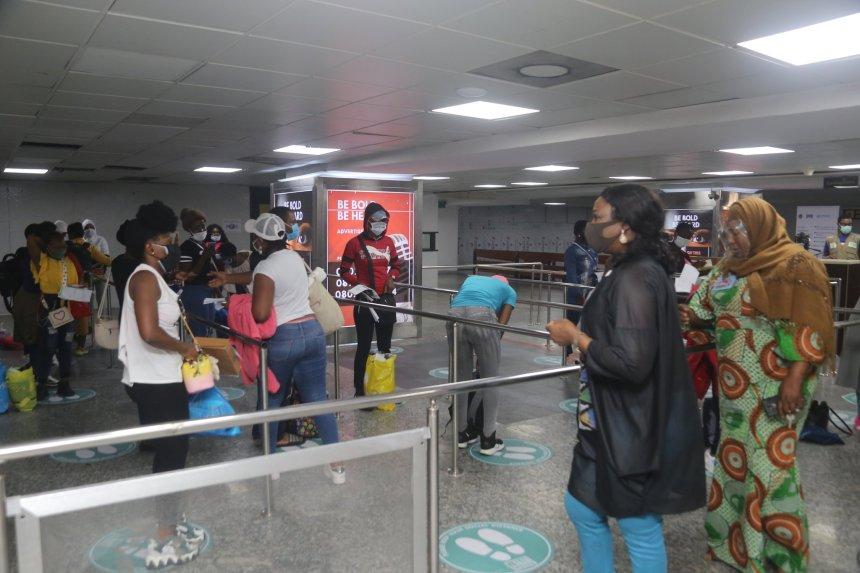 Un total de 2.933 nigerianos evacuados regresaron de los Emiratos Árabes Unidos (EAU) el miércoles, mientras que otros 292 fueron repatriados. La Agencia de Noticias de Nigeria informa que la cuenta de Twitter de la Comisión de Nigerianos en la Diáspora (NiDCOM), (correo electrónico protegido) _gov, informó que los evacuados regresaron a Nigeria a través […]