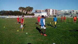 gli allievi impegnati in una sfida di calcio tennis