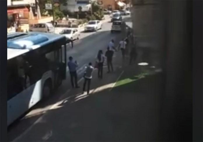 Un frame del video con l'aggressione subita da un addetto alla sicurezza dei bus