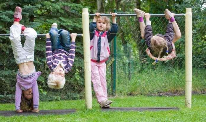 Bambini che giocano al parco, foto d'archivio