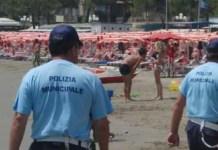 Polizia locale in spiaggia, foto d'archivio