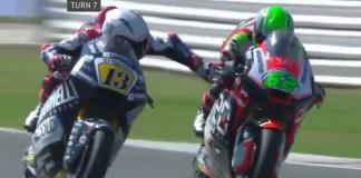 Il pilota ascolano Romano Fenati mentre tira il freno all'avversario in corsa