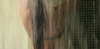 Donna sotto la doccia, foto generica