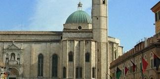 La chiesa di San Francesco vista da piazza del Popolo, fonte Wikipedia