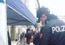 Poliziotti firmano al gazebo della Lega? Foto pixelata da Facebook