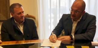 Giuliano Tosti (presidente Ascoli Calcio) e Guido Castelli (sindaco di Ascoli Piceno) firmano la confenzione per lo Stadio Del Duca di Ascoli, foto da pagina Faacebook ufficiale Ascoli Calcio Fc 1898