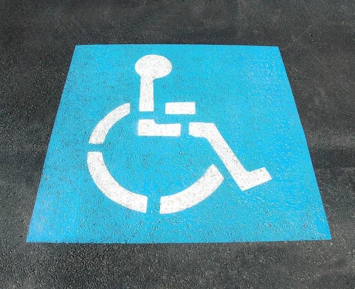 Parcheggio per disabili, foto generica da Pixabay