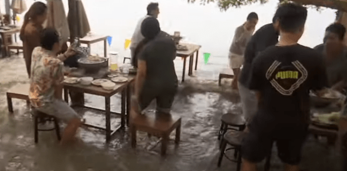 Flood dining is the new trend among restaurants in Thailand.
