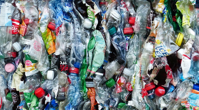 Environmentalists in Indonesia want to convince people to reconsider their habits and refrain from using single-use bags and plastic bottles.