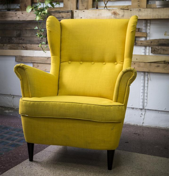 sofa amarillo del espacio coworking de la asesoria asesorus