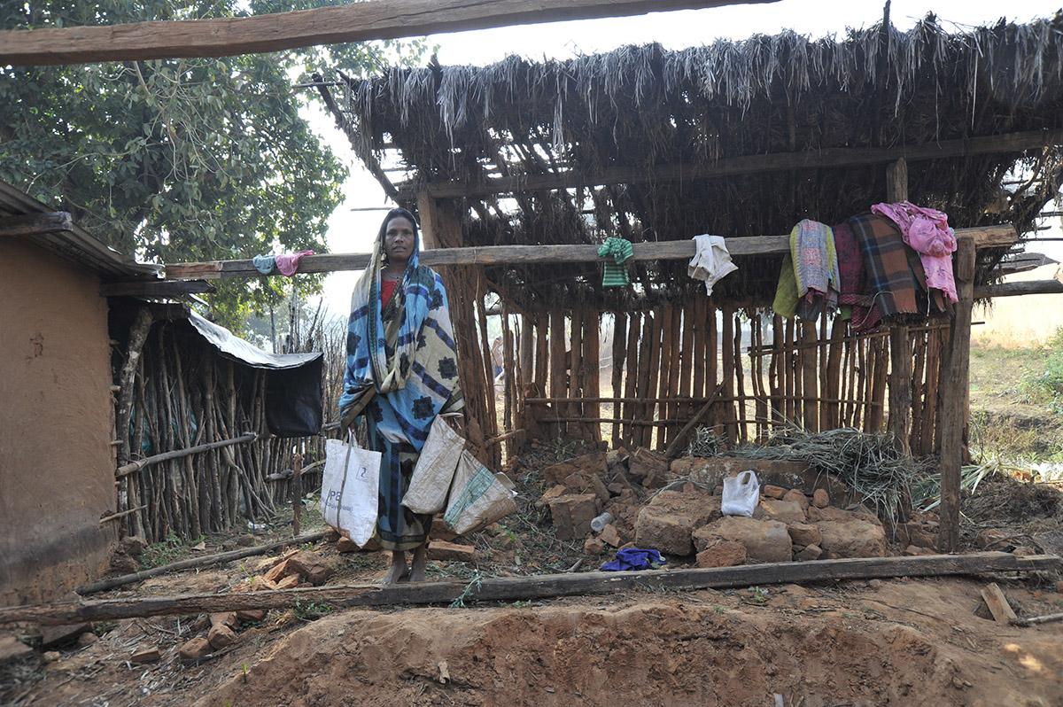 Sie hat durch einen Orkan ihr Haus und Gut verloren, junge Witwe in Kurtumgarh (Foto: Ashakiran)