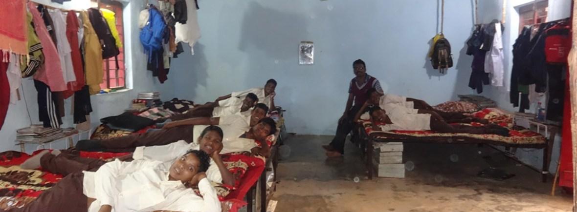 Glücklich über die komfortablen Betten, Vivekananda Childrenhome, Kurtumgarh (Foto: Ashakiran)