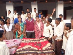 Glücklich über die neuen warmen Decken, Vivekananda Childrenhome, Kurtumgarh (Foto: Ashakiran)