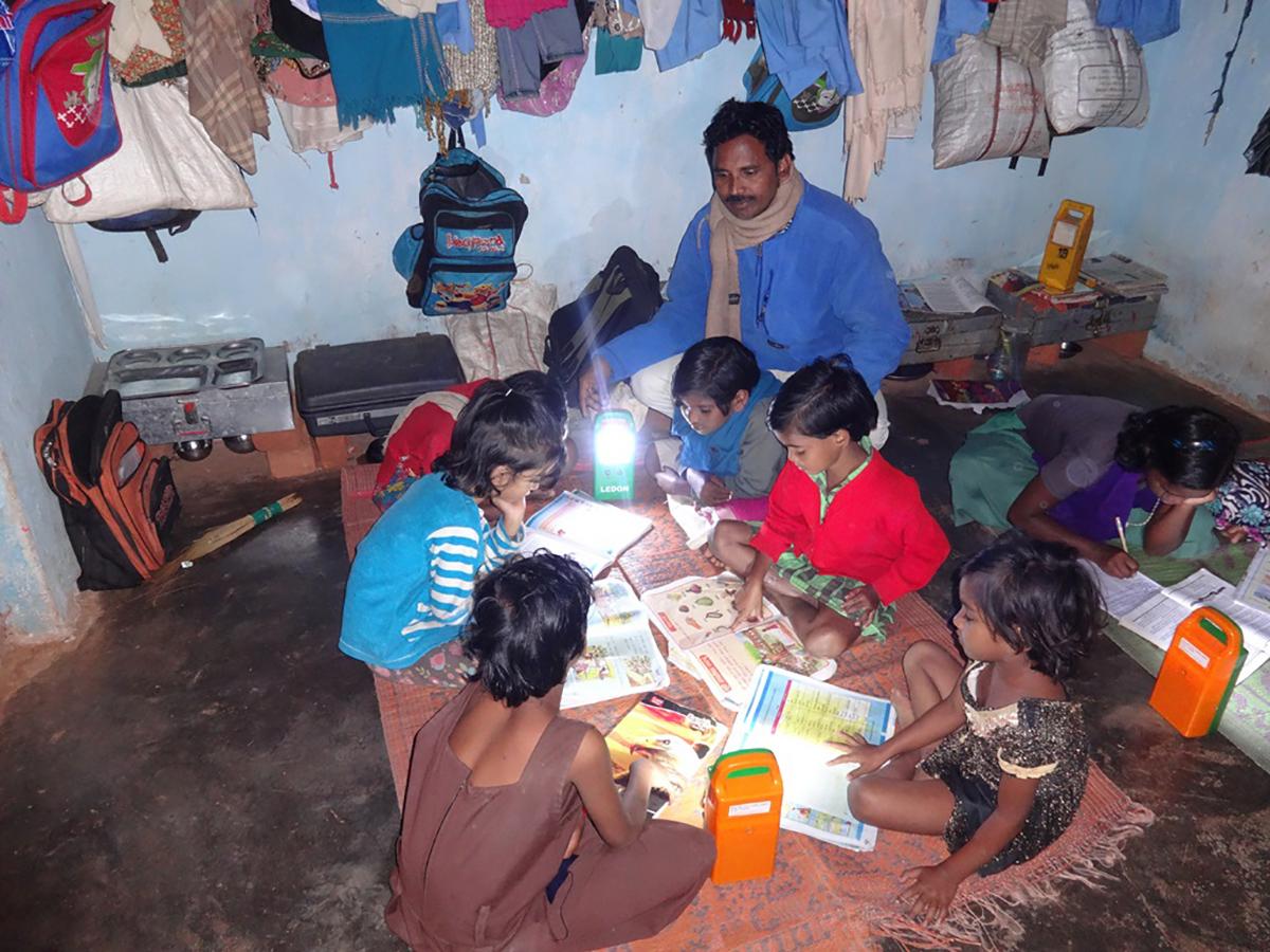 Besseres Lernen mit Hilfe starker Solarlampen, Vivekananda Childrenhome, Kurtumgarh (Foto: Ashakiran)