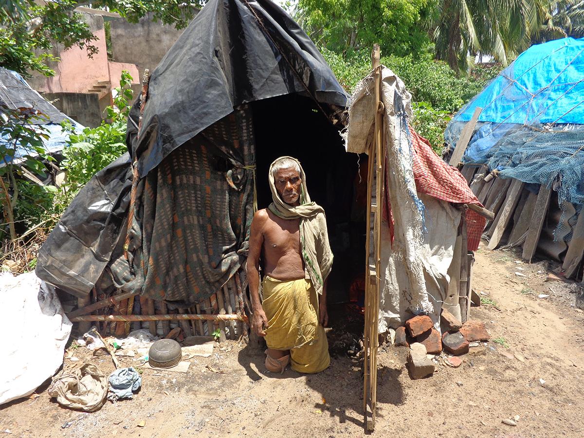 Ohne Beine: an Lepra erkrankter Mann vor seiner Hütte (Foto: Pater Josef)