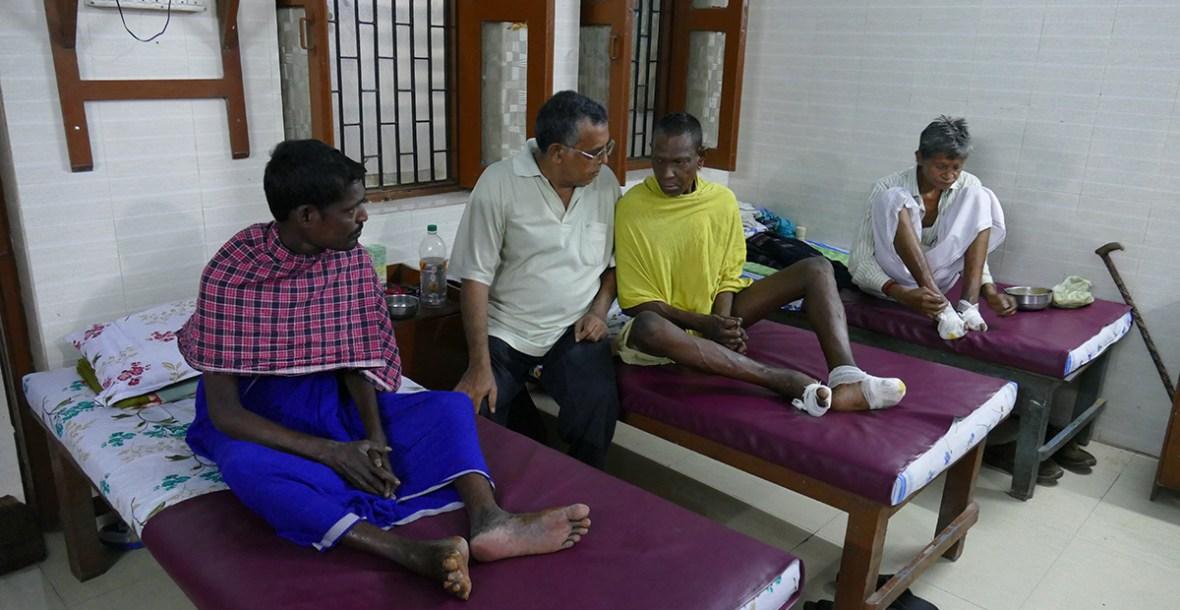 Pater Josef (SVD) mit Leprapatienten in der Leprastation (Foto: C.M.)