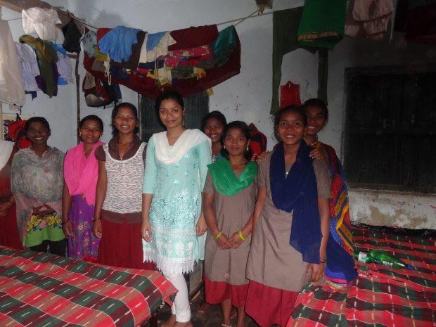 Priyadarshini Nayak, Mitarbeiterin, mit dem Mädchen des Vivekananda Children Home, Kurtumgarh (Foto: Ashakiran)