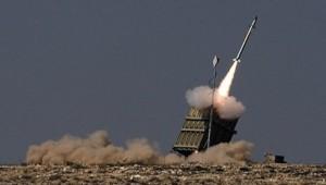 le-systc3a8me-de-dc3a9fense-e2809cdc3b4me-de-fere2809d-tirant-un-missile-pour-intercepter-une-roquette-ennemie1