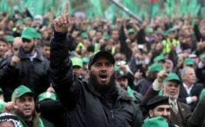 Palestiniens célébrant les 25 ans du Hamas. Crédits photo : AFP