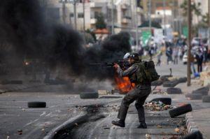 La police israélienne est intervenue devant la prison d'Ofer, à côté de Ramallah. Crédits photo : Majdi Mohammed/AP