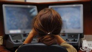 Une-guetteuse-derrière-ses-écrans-dordinateur