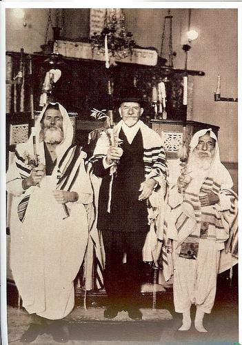 photo de la synagogue de Bou Saada au centre de la photo Mr Roger Saïd accrédité en 2006 par le ministre algérien des affaires religieuses……