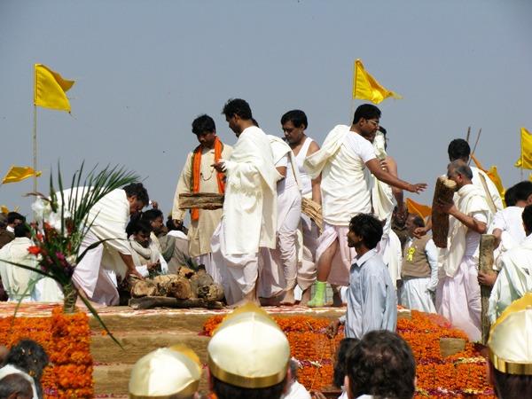 preparing-sandalwood-mahrishi-funeral