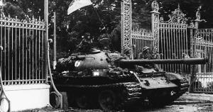Carrarmato sfonda il cancello del Palazzo presidenziale, oggi Palazzo della Riunificazione, Saigon, Vietnam, 30 aprile del 1975.