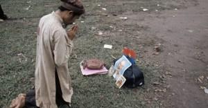 Uomo prega per Ho Chi Minh dopo la caduta di Saigon.