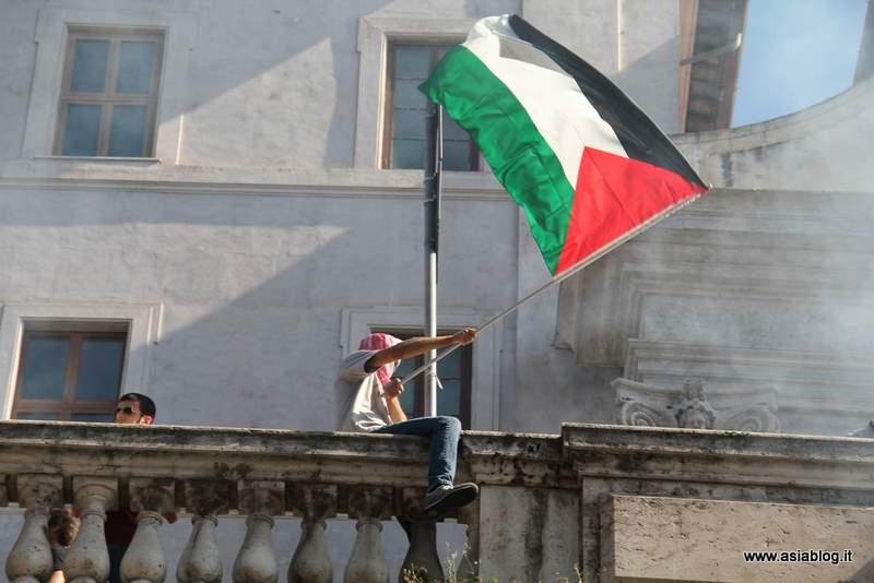 Bandiera palestinese a Roma. Foto Alessio Fratticcioli