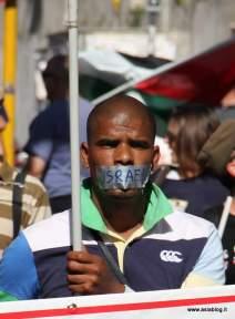 Manifestante bocca chiusa. Foto Alessio Fratticcioli