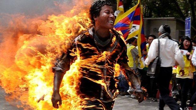uomo brucia in tibet contro cina