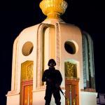 Soldato difende, si fa per dire, il Monumento alla Democrazia.