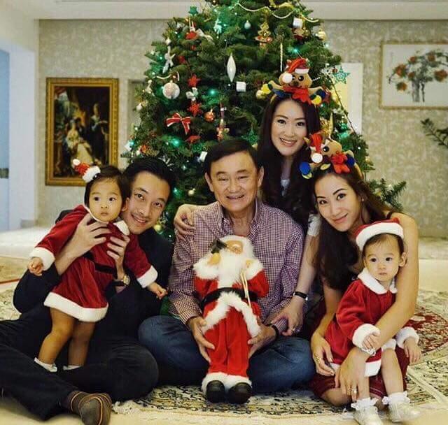 L'ex primo ministro della Thailandia, Thaksin Shinawatra, insieme a tre figli ed alcuni nipoti.