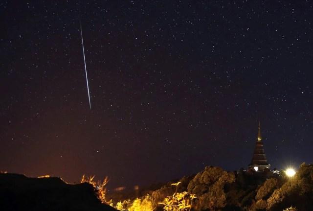 Una pioggia di meteore sulla montagna Doi Inthanon, nella provincia di Chiang Mai, nel nord della Thailandia. Foto Rungroj Yongrit, Epa/Ansa