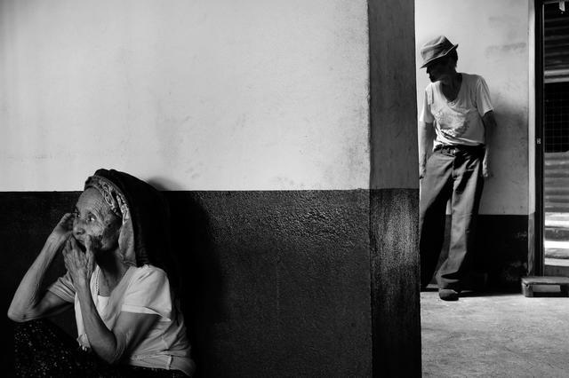 Na Law (a sinistra) e suo marito Isam Bala (a destra) hanno vagato per il confine tra Myanmar e Cina per oltre 40 anni prima di arrivare a Naung Kan. A quel punto, Na Law era cieca e la lebbra di Isam Bala era progredita. (Un posto da chiamare casa - foto Brannan O'Connor)