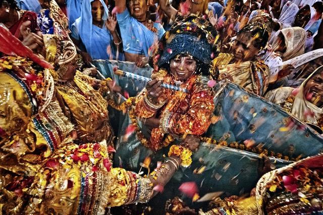 Una vedova vestita come Krishna, il dio dell'amore, di cui molte vedove sono devote (foto Andrea De Franciscis)