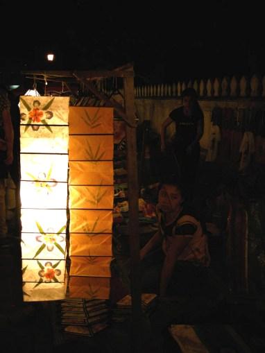 Le luci del mercato notturno a Luang Prabang, Laos. Foto Tiziano Matteucci