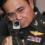 Il primo ministro thailandese generale Prayuth Chan-Ocha, prende la mira.