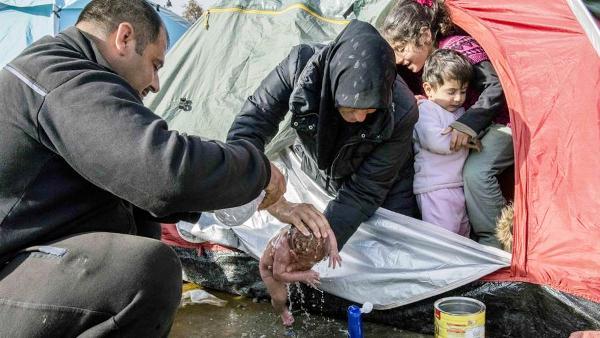 Quasi per terra (nel fango di una tendopoli) è nata Bayan, una bimba siriana nel campo profughi di Idomeni, al confine tra Grecia e Macedonia.