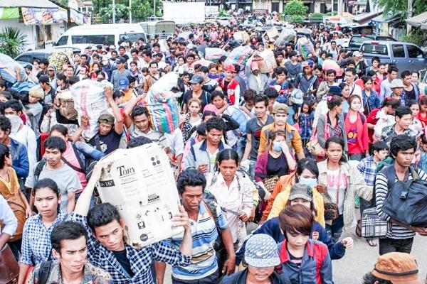 Fila di lavoratori migranti cambogiani, lo scorso anno, al posto di confine tra Thailandia e Cambogia nella città di Poipet. foto KT / Chor Sokunthea