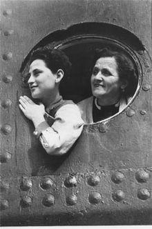 Rifugiati ebrei a bordo della MS St. Louis mentre la nave è ormeggiata nel porto dell'Avana.