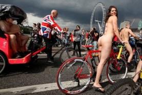 donna nuda londra strada bici