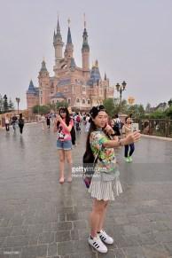 L'immancabile selfie a Disneyland Shanghai, giugno 2016. Foto Marcio Machado / Getty