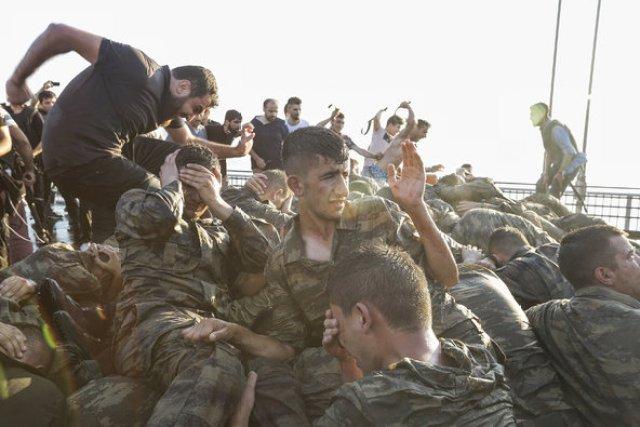 Turchia soldati violenza istanbul Ponte Bosforo