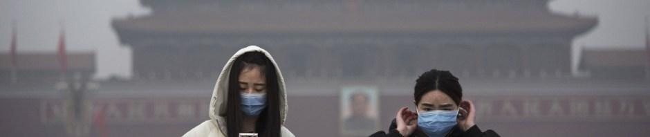 Donne con mascherine contro lo smog a Piazza Tiananmen, Pechino Cina Foto Getty Images