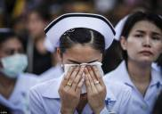 infermiera in lacrime al funerale di Bhumibol