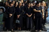Thailandesi in fila davanti al Palazzo Reale per l'ultimo saluto a (un'immagine di) Re Bhumibol Adulyadej a Bangkok, 14 ottobre 2016.