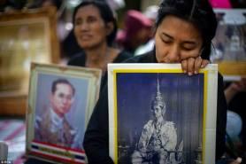 Thailandesi immagini Re Bhumibol Adulyadej a Bangkok, 14 ottobre 2016.